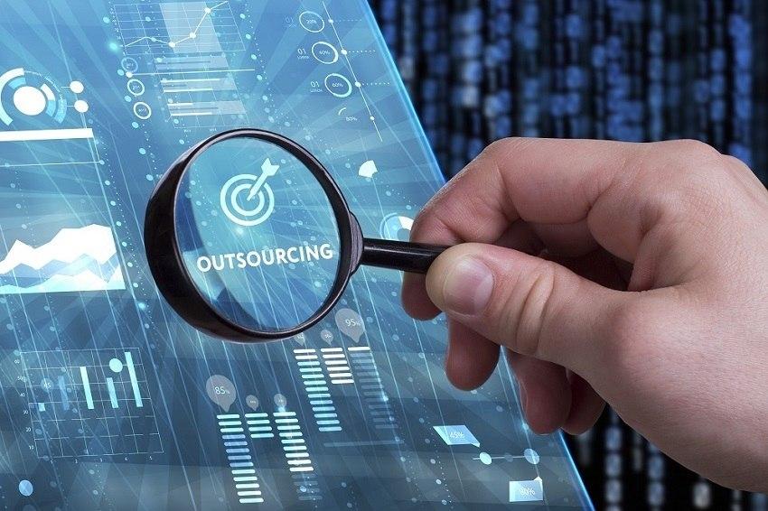 que gana una empresa con el outsourcing